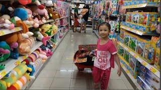 Bé SuRi mua đồ chơi ở Siêu Thị vương quốc đồ chơi Quận 7-mykingdom
