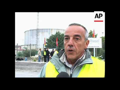 France faces petrol shortages if strikers keep blocking oil refineries