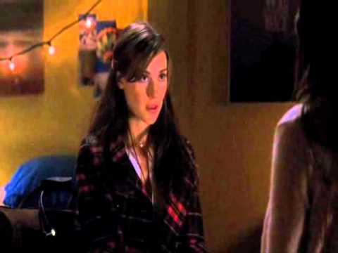 Charlotte y Sabannah conversación en habitación