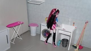 Monster High Draculaura in a housecleaning day (stop-motion)