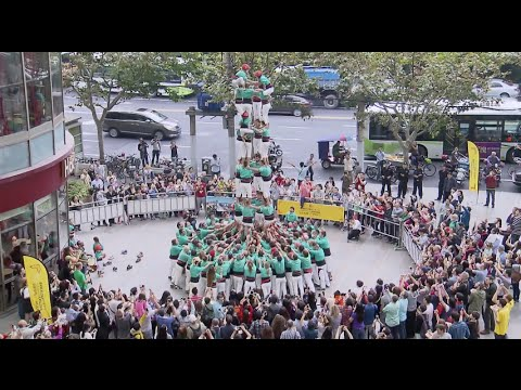 200-People Team from Barcelona Creates Human Pyramid in Shanghai