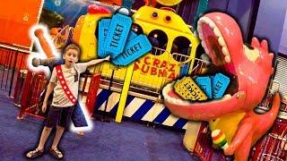 Paulinho Em Busca De Tickets Para Trocar Por Brinquedos No Parquinho De Jogos