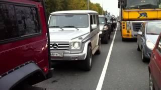 Водитель Гелика разбирается с водителем HUMMER H1, за что и был... накормлен))