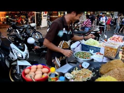 How to Make Pad Thai – A Street Vendor from Bangkok Does it in One Minute