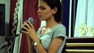 Jane Kelly cantando no 5º dia da Campanha de Milagres no Grande Templo