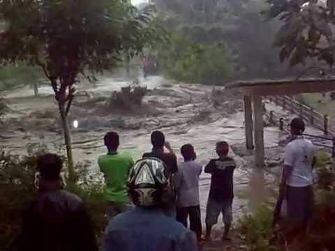 Detik-detik Jembatan Padasan Hanyut Akibat Banjir Lahar Dingin Merapi 201