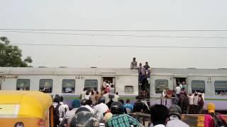 Download रेल दुर्घटना को बुलावा ग़ाज़ियाबाद लोनी से delhi जा रही ह ये ट्रेन 3Gp Mp4