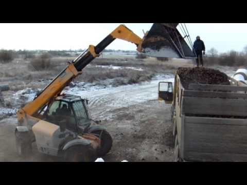 JCB 535-95 Agri Super loading sugar-beets (2010-11-28) [www.plakys.lt]