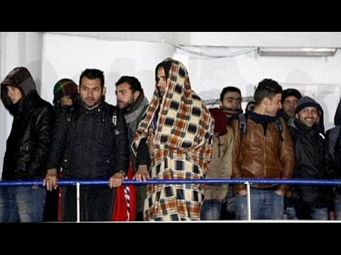 Migrant 'ghost ship' arrives in Italy