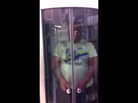 Arzano, Mauro cinese prova cabina doccia
