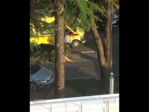 В Сочи обнаженная женщина лежала прямо на дороге