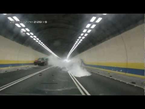 Взрыв шины. ДТП с участием грузовика в туннеле