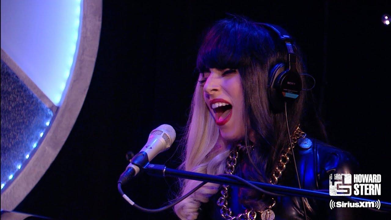 """Lady Gaga - 2011年出演「Howard Stern Show」からピアノ弾き語りによる""""The Edge of Glory""""のライブ映像を公開 thm Music info Clip"""
