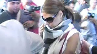 Shy Eva Mendes Causes Mad Chaos At LAX [2008]