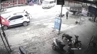 Sang đường thiếu quan sát, người đàn ông gây tai nạn liên hoàn