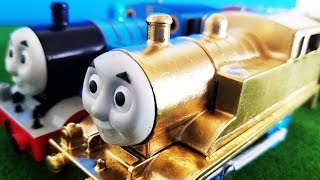 プラレール きかんしゃトーマス 金色のトーマス! アニーとクララベルも洗車場で変身して連結! 踏切や跳ね橋を通過! じこはおこるさ! hifumitoy