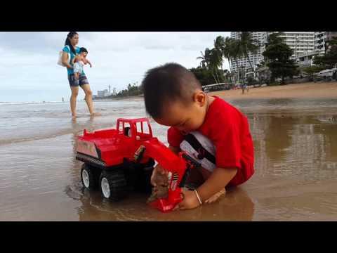 เด็กเล่นรถแม็คโคร(1)