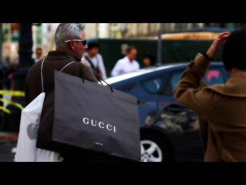 How to Avoid Going Broke While Holiday Shopping