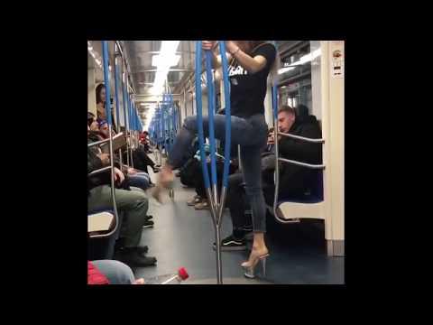 Стриптиз в метро. Девушка танцует Pole Dance в вагоне. Стрип пластика импровизация
