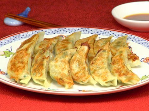 How to Make Yaki Gyoza (Fried Dumpling Recipe) | Cooking with Dog
