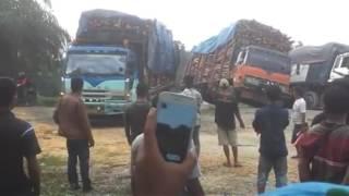 Detik-Detik Truk Fuso Terguling Dramatis Setelah Melewati Jalan Berlubang Rusak Parah