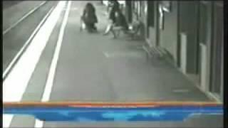 Anjo salva criança em estação de trem