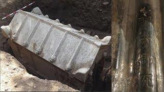 """Phát hiện Kho báu bí ẩn trong ngôi mộ khắc dòng chữ """"Mở ra là ch.ế.t"""" ngàn năm không ai dám mở"""