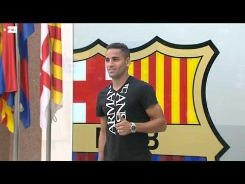 Douglas Pereira posa junto al escudo de su nueva casa el FC Barcelona