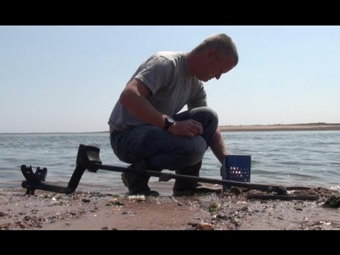 Metal Detecting on the Beach - Coins Galore