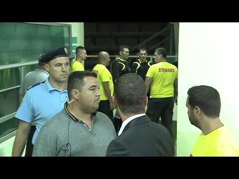 Antrenorul forma�iei Dinamo l-a a�teptat pe arbitrul Istvan Kovacs pe tunelul spre vestiare unde a continuat s� se r�steasc� la el.