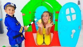 Vlad und Nikita geben vor, mit dem Polizeispielhaus für Kinder zu spielen