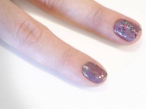 Uñas azules decoradas con glitter