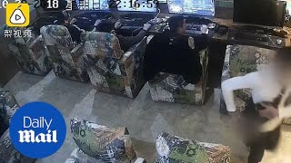 Gamers unfazed by knifepoint robbery at China internet cafe