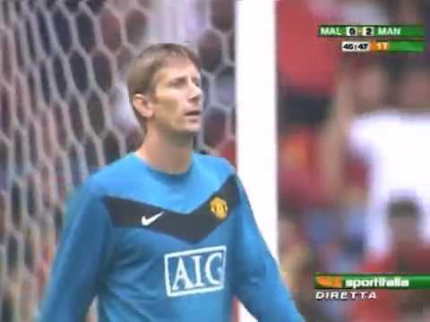 """""""Saya tahu cara permainan Van der Sar, dia akan berada jauh pada gawang gol dalam satu-satu perlawanan,"""" katanya. Jelasnya, ketika menerima bola sepakan gol ..."""