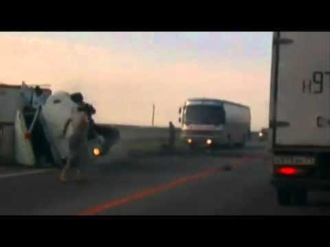 При лобовом столкновении грузовик перевернуло