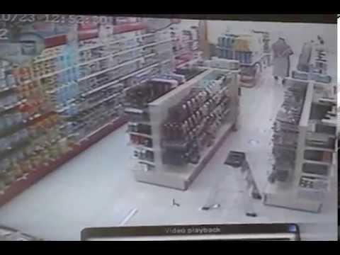 شايب سعودي حقير يسرق  اكسسوارات من صيدلية...