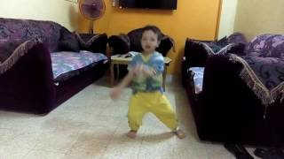 عمر ابن اختي وهوا بيرقص علي مهرجان اديني رمضان مسخره