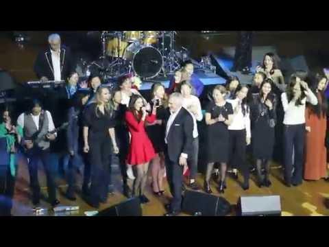 В Астане толпа фанаток выскочила на сцену во время концерта Меладзе