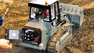 RC WHEEL LOADER CAT 963D MODEL CONSTRUCTION MACHINE AT WORK / Faszination Modellbau 2016