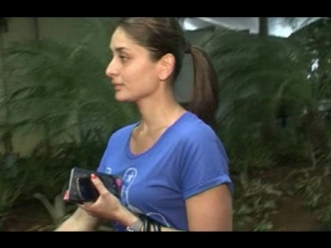 Kareena Kapoor In Bad Mood Spotted At Airport !!! video