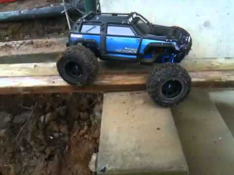 Traxxas Summit urban crawling