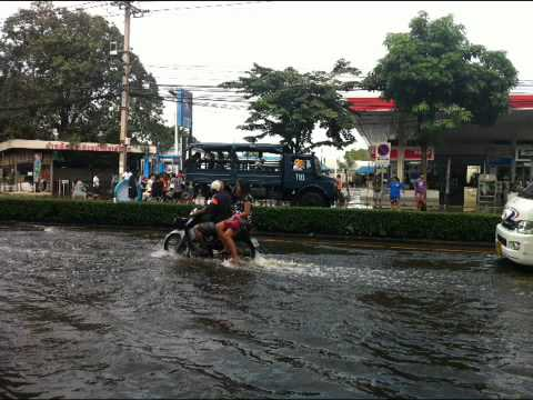 Pictures of Flooding Threatens Bangkok from Oct 26-29, 2011
