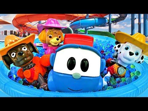 Щенячий патруль и Грузовичок Лёва в бассейне - Видео с игрушками