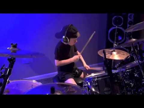6-летний малыш круто играет на барабанной установке