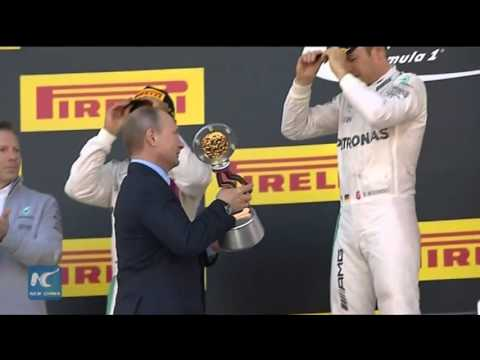 RAW: Putin awards German driver Nico Rosberg with Russian F1 Grand Prix trophy