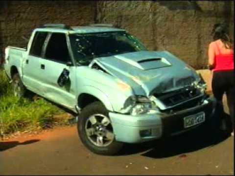 Caminhonete capota após bater em Chevette no bairro Morumbi