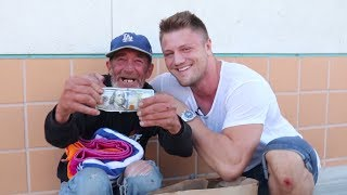 Obdachlosen eine Freude bereiten - Helping HOMELESS guy with $100
