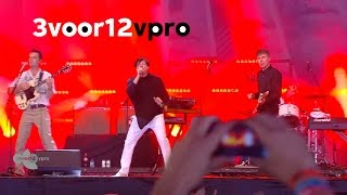"""FFS (Franz Ferdinand & Sparks) - 「Lowlands 2015」でのライブから""""This Town Ain't Big Enough For The Both Of Us / Piss Off""""の映像を公開 thm Music info Clip"""