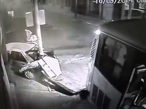 Choque entre camión y taxista en León, Guanajuato.