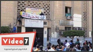 """بالفيديو.. إخوان جامعة القاهرة يصعدون مبنى كلية التجارة..ويرفعون لافتة """"لن نخضع لأمريكا"""""""
